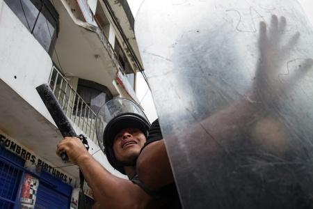 Policia nacional del Peru se defiende de los ataques de los manifestantes.